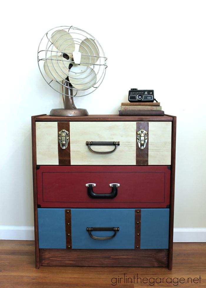 Vintage Möbel, bunter Nachttisch, Retro Ventilator, Bücher und Kamera, Ideen für Vintage Look