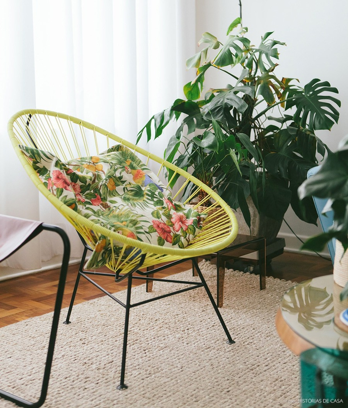 Vintage Einrichtungsideen, Wohnzimmer, Retro Stuhl mit Deko Kissen, Blumenmuster, Zimmerpflanzen