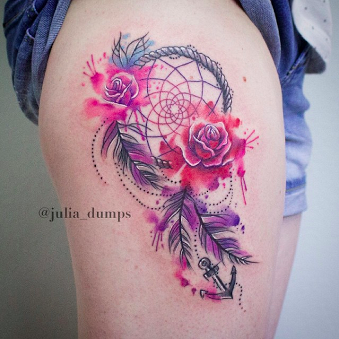 das ist eine idee für einen bunten tattoo auf dem bein mit lila und roten schönen rosen, einem rtraumfänger und federn