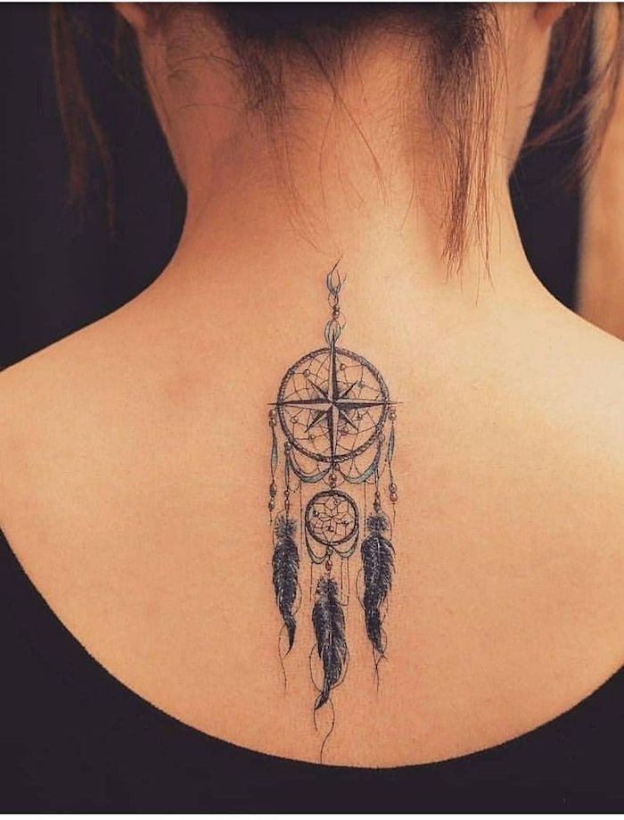 Dreamcatcher Tattoo am Rücken, großer und kleiner Traumfänger mit Kompass