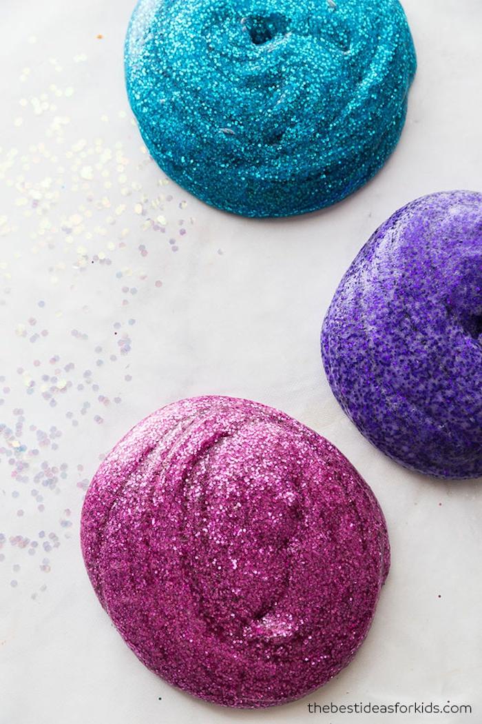Glitzer Schleim selber machen, Slime Rezept, drei Farben mit Glitter, blau lila und violett
