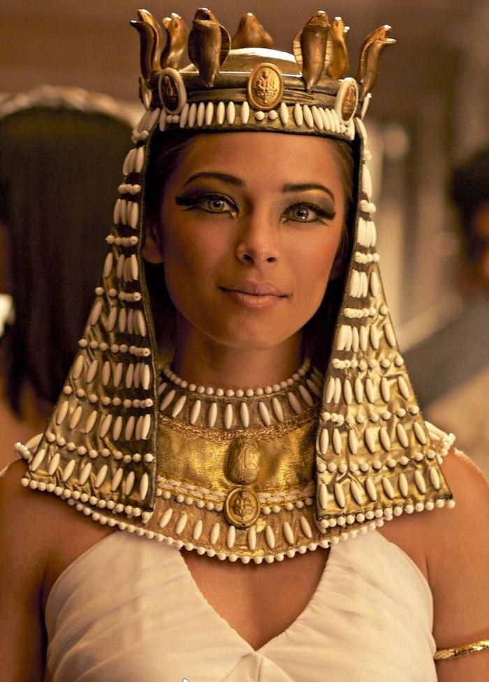 pharaonin kostüm idee zum inspirieren schauspielerin make up idee goldener kopfschmuck