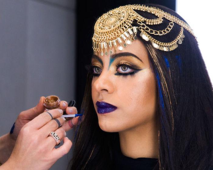 cleopatra schminken schickes look mit lila lippenstift goldener kopfschmuck