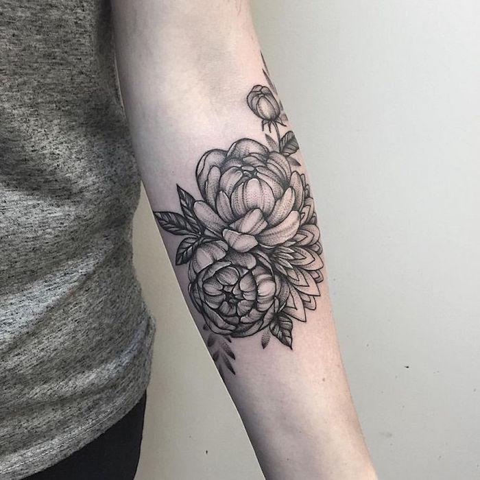 tattoo motive, unterarm tätowieren, tätowierung mit blumen