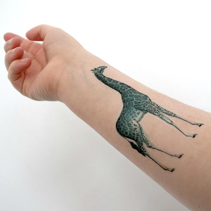 schöne tattoos, tattoo am arm mit giraffe-motiv