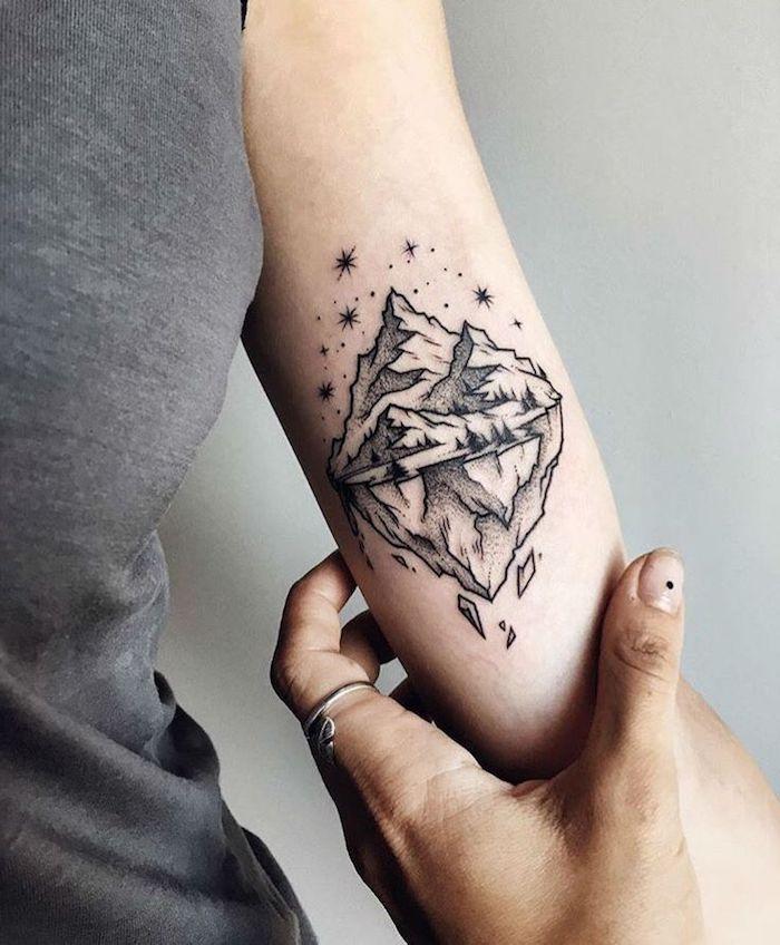schöne tattoos, kleine tätowierung in schwarz und grau