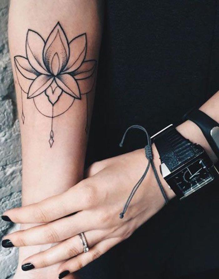 schöne tattoos, blume am unterarm tätowieren, schwarzer nagellack