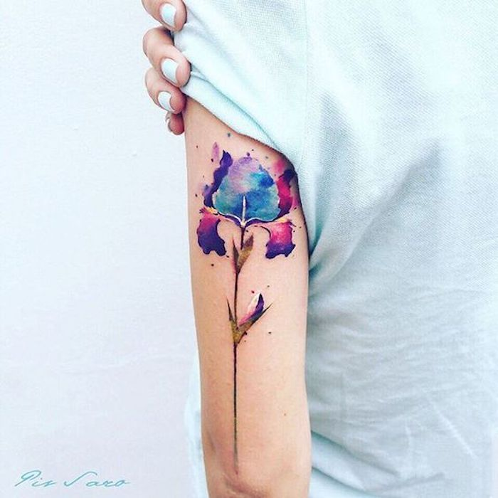schöne tattoos, watercolor tattoo, bunte blume am oberarm