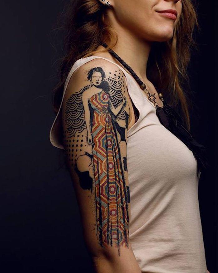 schöne tattoos, dame mit buntem kleid, oberarm tätowieren