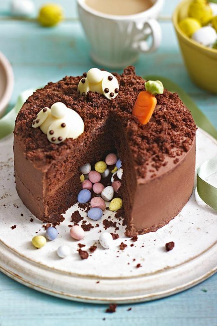 Schoko-Torte befüllt mit bonbons verziert mit schokoraspeln