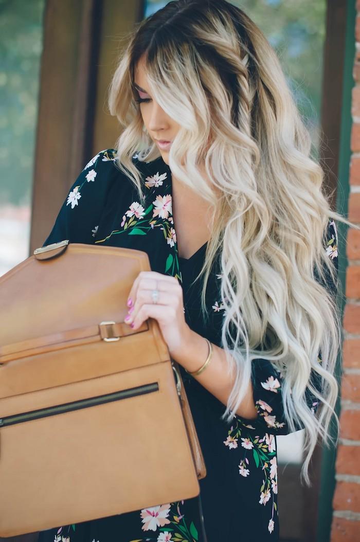 dunkle ansätze und hellblonde spitzen tolles effekt blogger schöne frau beige tasche kleid mit blumenmotiv