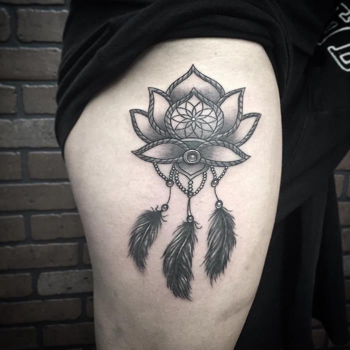 werfen sie einen blick auf diesen winzigen tattoo mit traumfänger mit federn auf einem bein