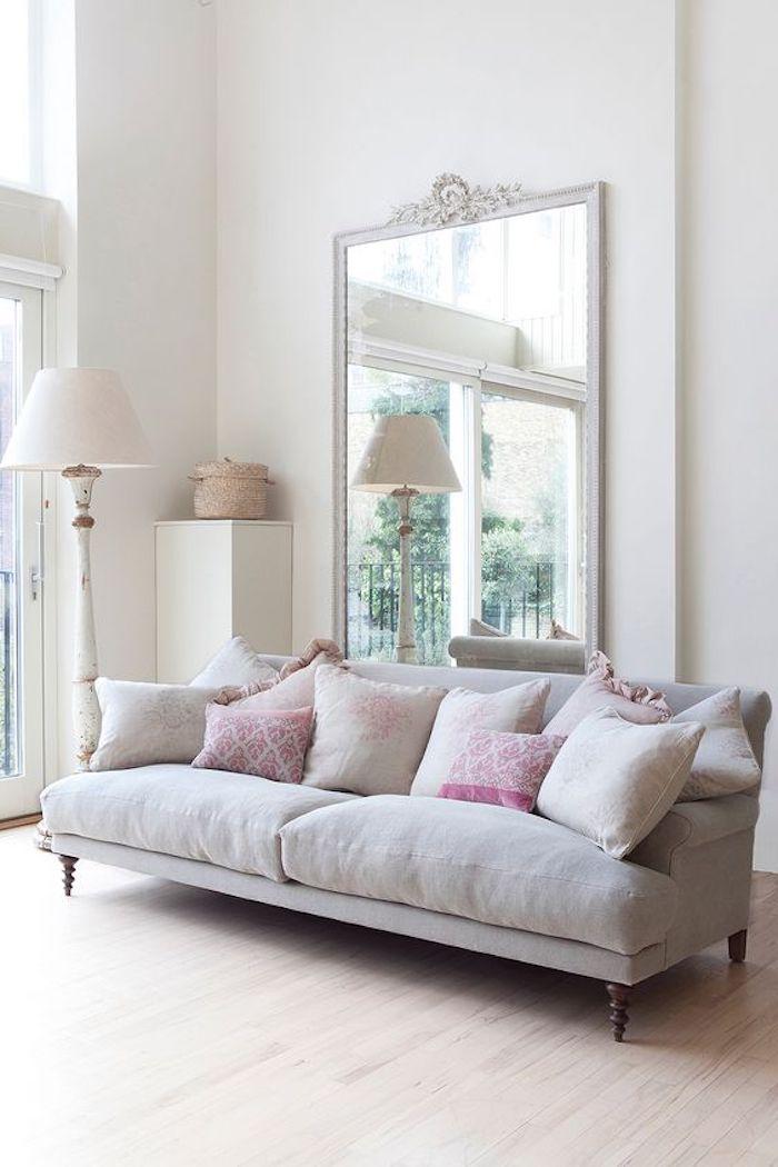 shabby deko, graues sofa im retro look, großer spiegel mit weißem rahmen