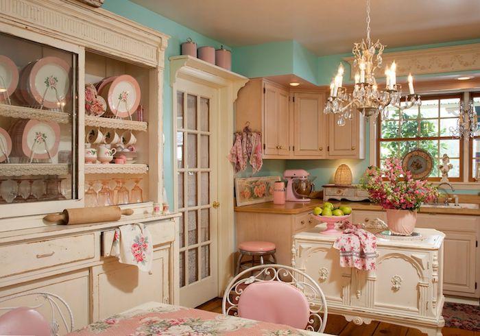 shabby deko, küche im vintage stil, schränke in creme, kronleuchter aus kristall