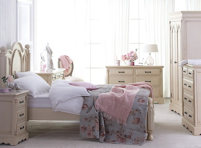 shabby möbel im schlafzimmer, beige mobilar, schränke mit vielen schubladen