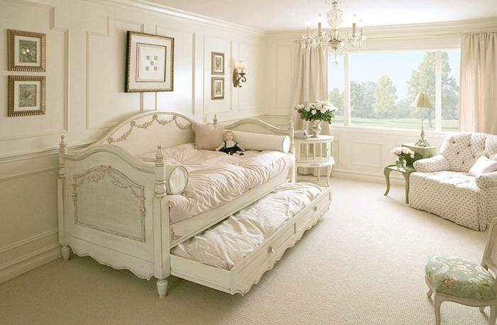 shabby deko, schlafzimmer einrichten und dekorieren, bett und sessel im retro-look