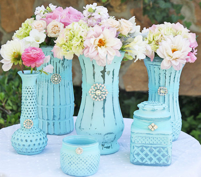 shabby chic dekorationen, diy vasen in blau dekoriert mit kristallen