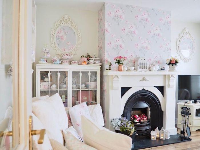 shabby möbel im wohnzimmer, kamin, lila tapeten mt rosen, weiße schränke im vintage-look