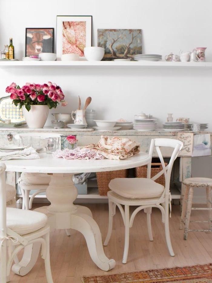 kommode shabby, küche im retro-stil, runder tisch, weiße stühle