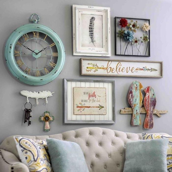 kommode shabby, graues sofa im vintage-stil, wanddeko, antike grüne wanduhr