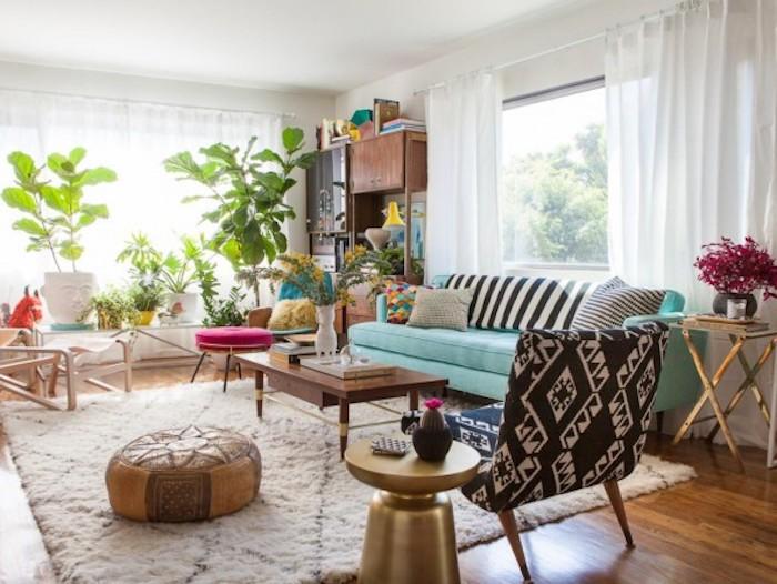 kommode shabby, wohnzimmer einrichten, blaues sofa, hölzernes kaffeetisch, grüne flanzen