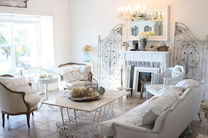wohnzimmer im shabby chic-stil, retro-möbel, weißer sofa