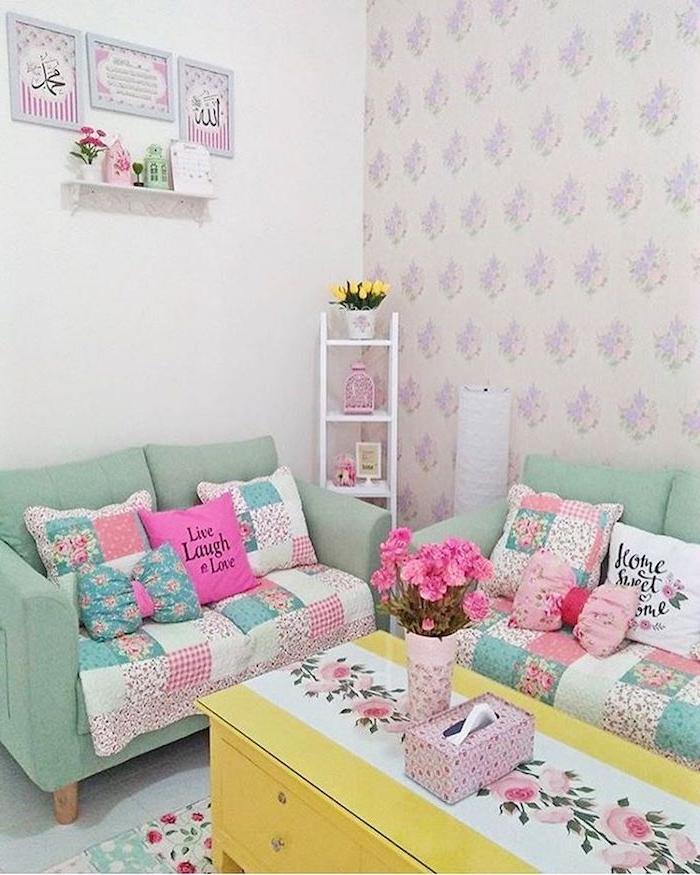 shabby möbel, sofas in mintfarbe dekoriert mit bunten dekokissen, gelber kaffeetisch