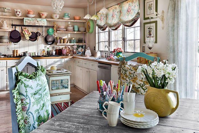 kommode shabby, küche im retro stil einrichten, weiße schränke, regale mit gespür