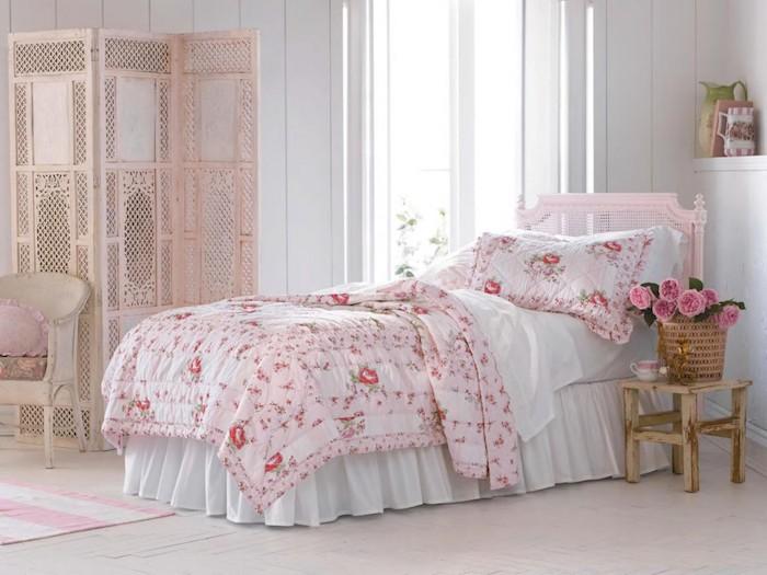 kommode shabby, schlafzimmer einrichten und dekorieren, rosa bett, bettwäsche mit rosen