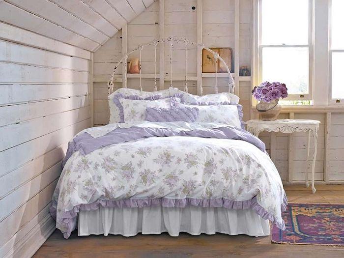 kommode shabby, großes bett im retro-stil, weiße bettwäsche mit lila dekorationen