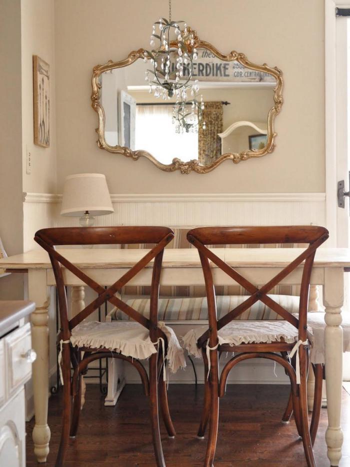 kommode shabby, antiker spiegel mit goldenem rahmen, hölzerne stühle, tisch