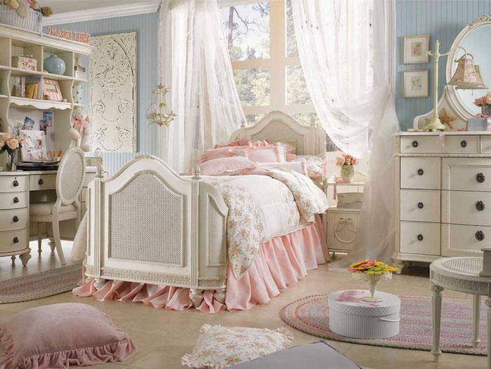 schlafzimmer im shabby chic-stil, bett im vintage-look, weiße schränke