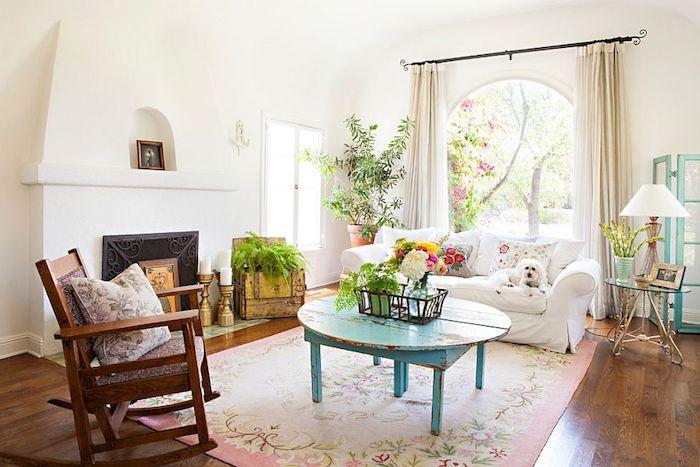 kommode shabby, wohnzimmer im retro-stil, runder blauer tisch, weißer sofa, kamin