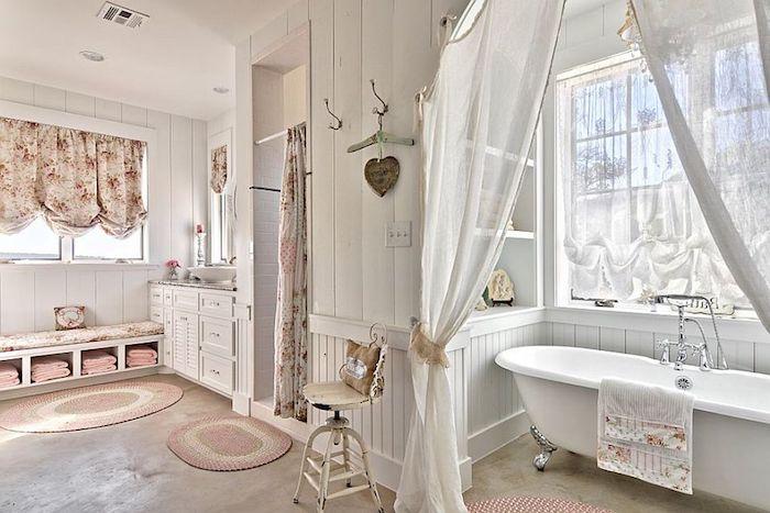 shabby möbel, badezimmer in weiß und hellrosa, freistehende badewanne, gardinen