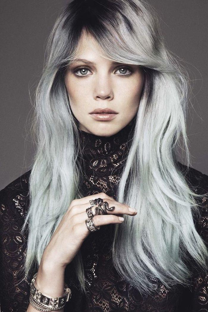 schwarzes kleid mit spotze, silbernes haar mit schwarzem ansatz, natürliches make-up