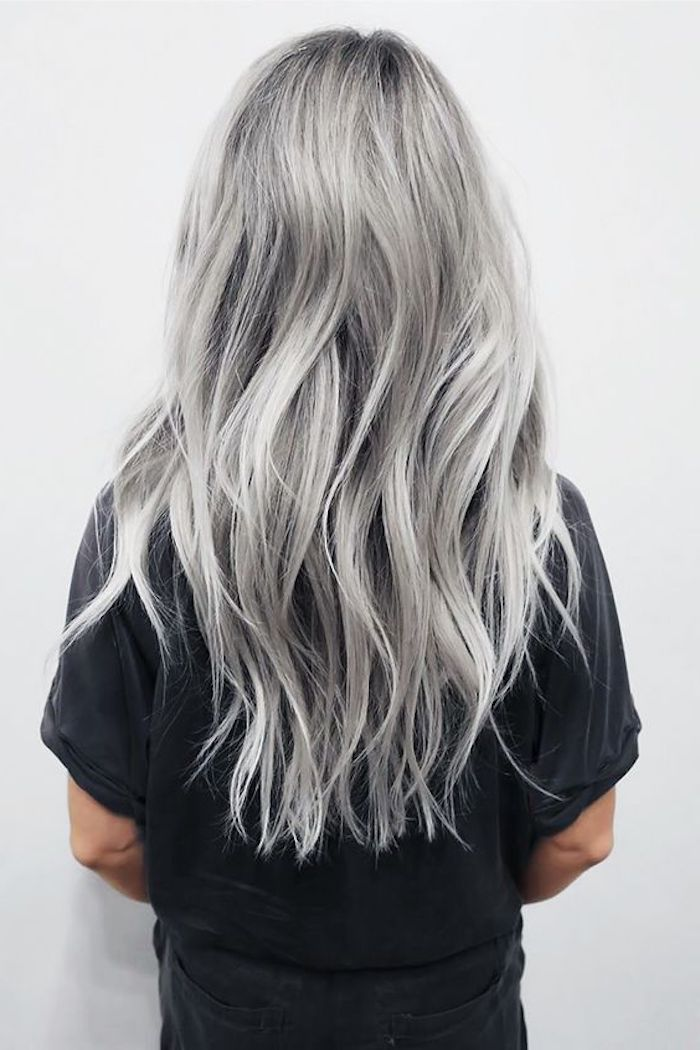 silbernes haar, lange silberne haare, schwarzes t-shirt