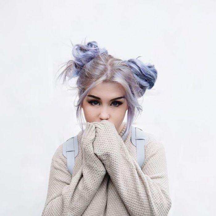 lila graue haare, lässige dutt-frisur, beige geflochtene bluse