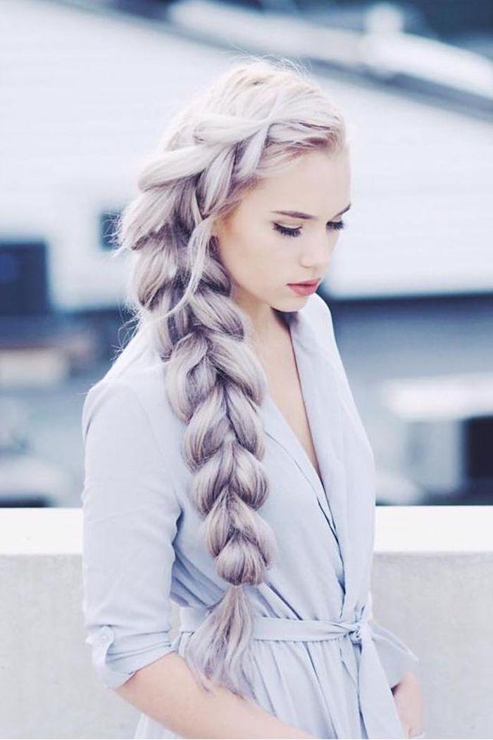 lila graue haare, dame mit frelchtfrisur, großer zopf, blaues kleid mit ärmeln