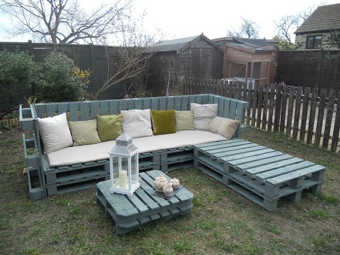 werfen sie einen blick auf diese idee zum thema palettenmöbel terasse - blaues sofas, bank und ein kleiner tisch aus alten blauen eurobaletten - gartenmöbel für den außenbereich