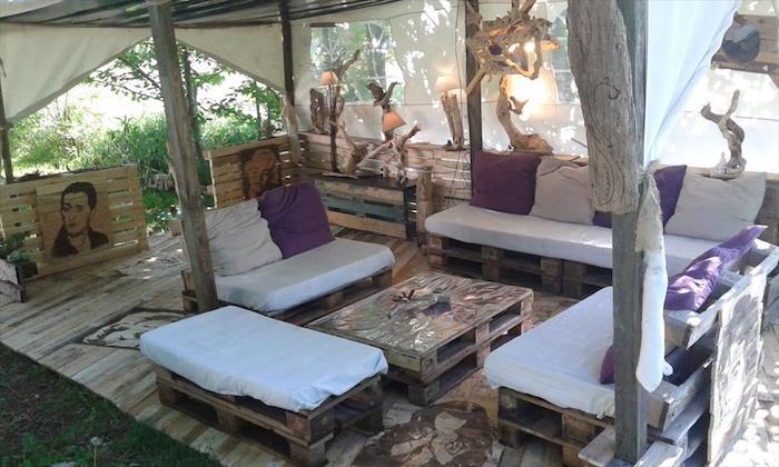 ein tisc und vier sofas mit weißen und lila kissen, pergola, lampen - ideen für moderne möbel aus alten europaletten