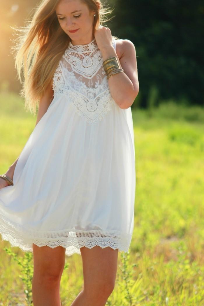 strandmode weißes kleid mit spitzen motive überknie länge goldene armband
