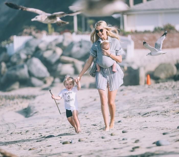strandmode damen mit kindern baby mama trägt das baby an sich jungen