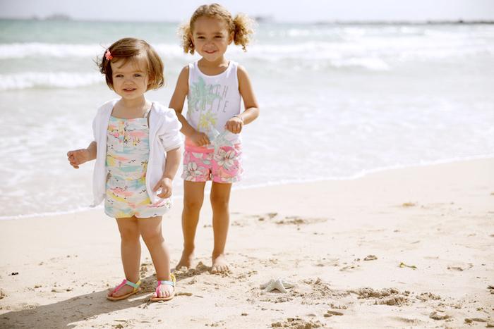strandbekleidung damen ideen für die kleinen damen zwei mädchen am strand spielen