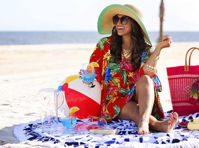 strandkleidung frohe frau lächeln brille hut ball tunika strandtasche pareo