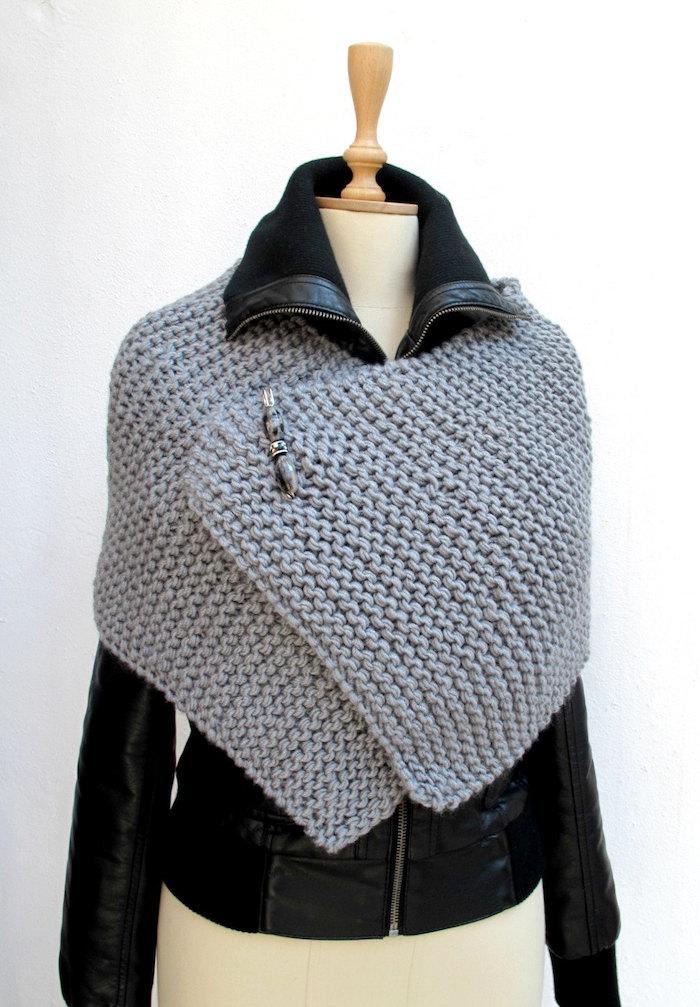 Häkelponcho ganz klein in grauer Poncho - man kann auf der Lederjacke tragen