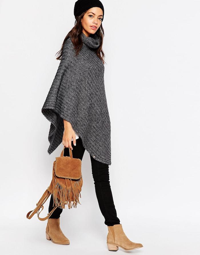 Häkelponcho in grauer Farbe mit passenden Schuhe und einem modernen Rucksack