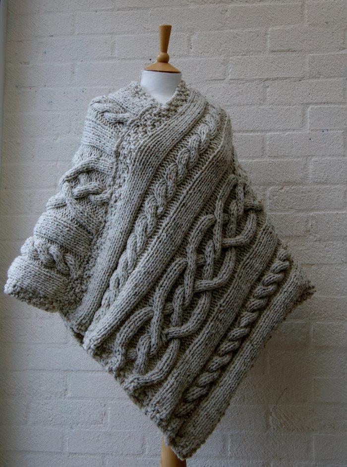 ein grauer Poncho mit geflochtenen Motiven interessante Form - Häkelponcho