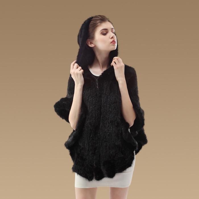 Häkelponcho in schwarzer Farbe mit Kapuze darunter ein weißes Kleid