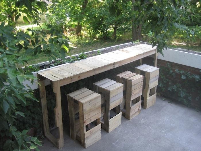 vier selbstgebaute stühle und ein tisch aus alten paletten - idee für selbstgebaute palettenmöbel für den garten und aüußenbereich