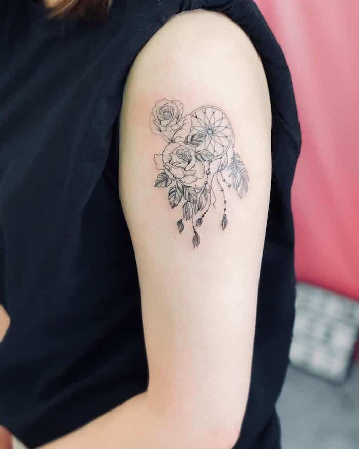 Idee für Schulter Tattoo für Frauen, Traumfänger mit zwei Rosen und Federn, Blumen Tattoo Ideen